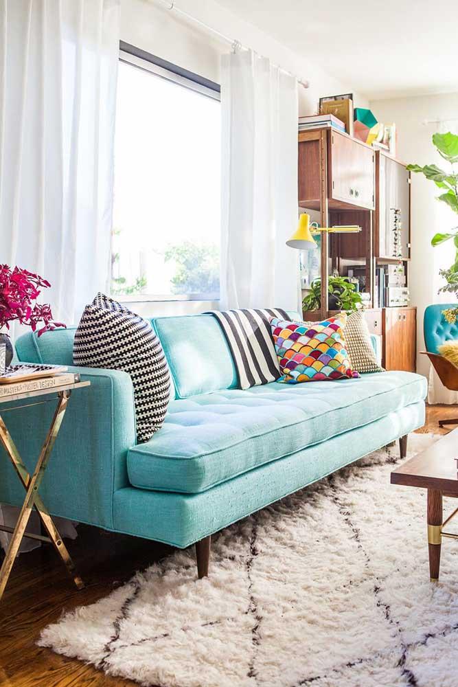 Para deixar o ambiente mais alegre, coloque algumas almofadas coloridas em cima do sofá.
