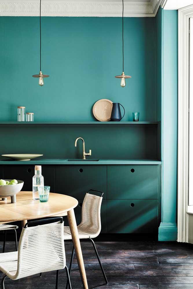 Na cozinha você pode usar a cor azul turquesa na parede para deixar o ambiente mais elegante.