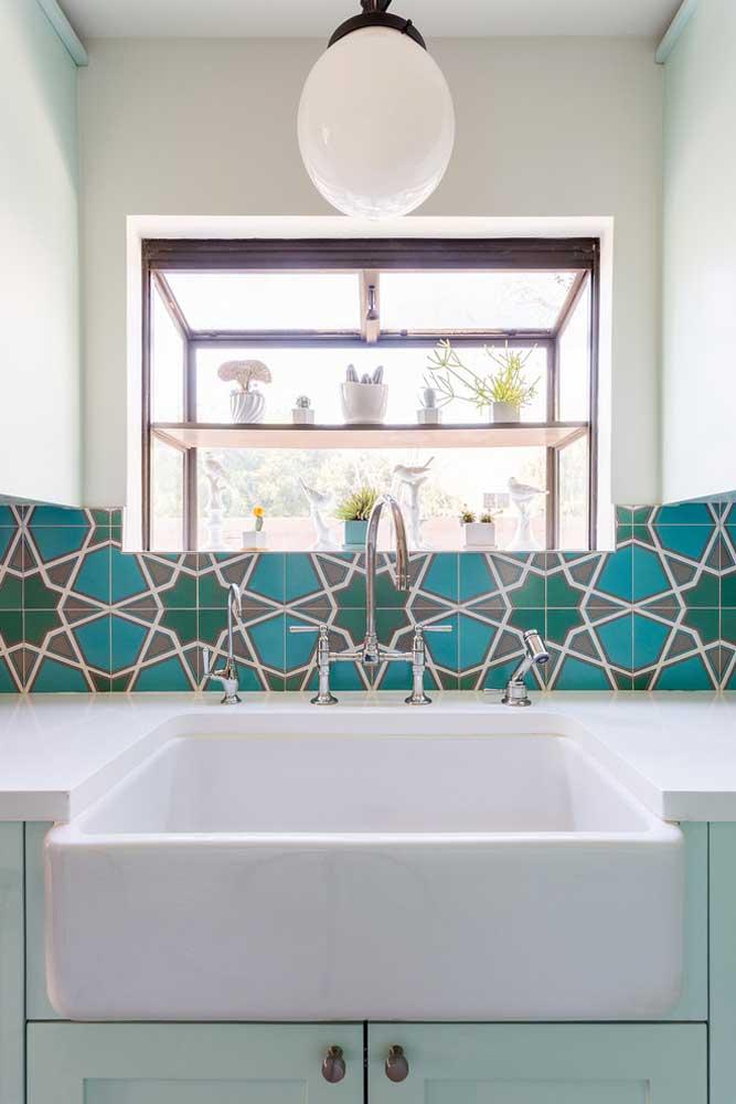 Use texturas diferentes com a cor azul turquesa na parte por trás da pia da cozinha.