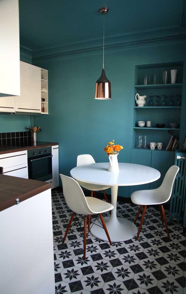 Mas é possível também pintar uma parede inteira com a cor azul turquesa.