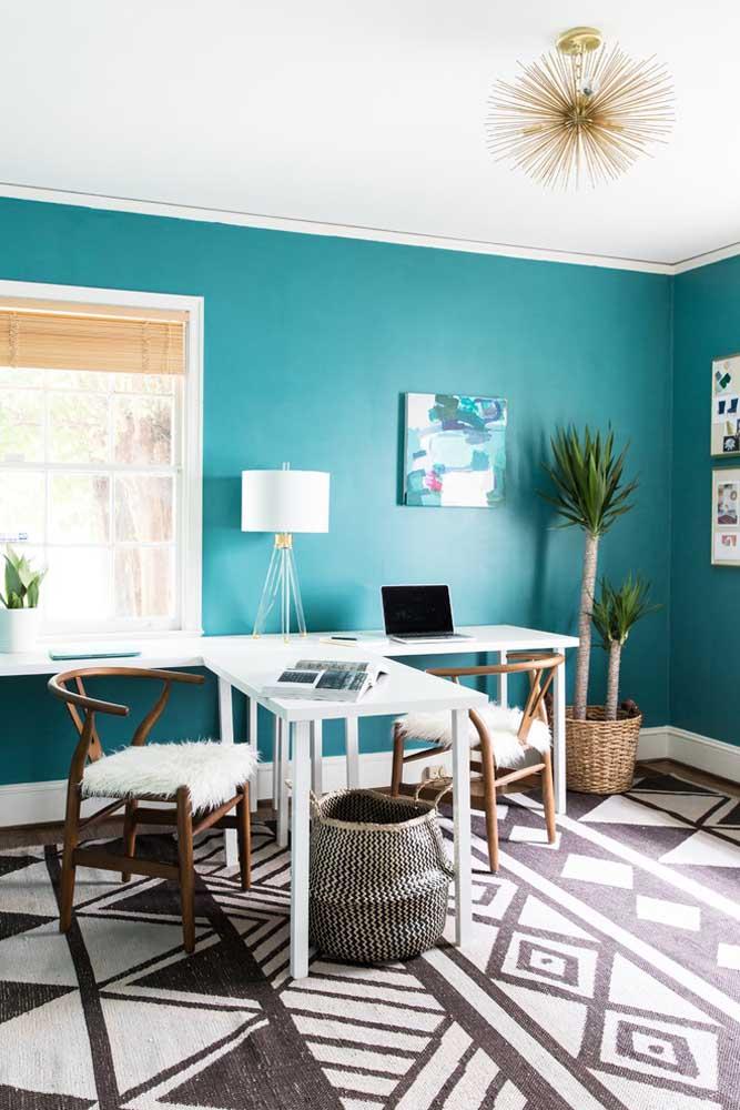 Olha como fica a combinação da cor azul turquesa com tons de madeira ou neutro.