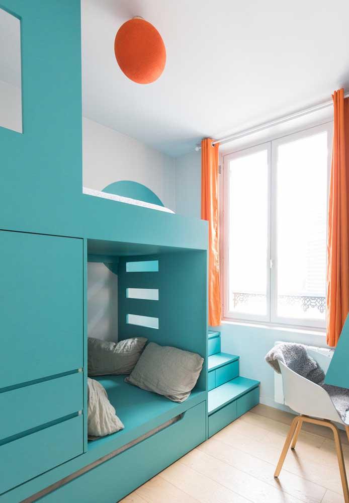 Ao invés de pintar a parede de azul turquesa, escolha móveis nesse tom.