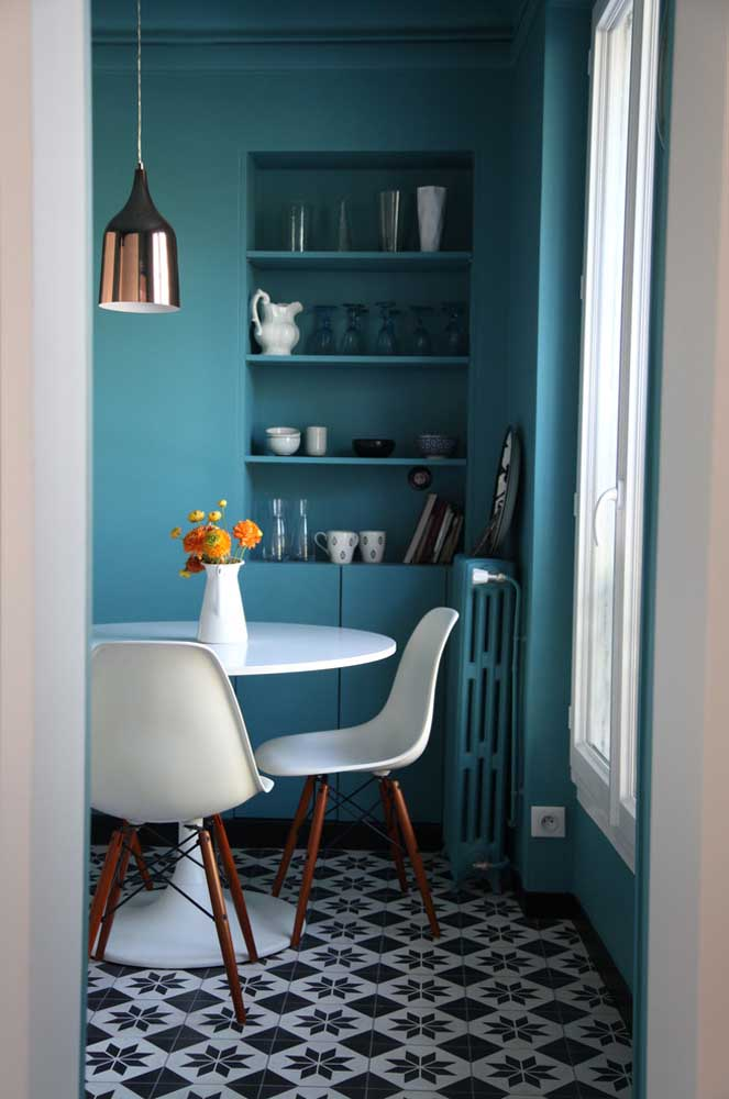 Mas também é possível deixar a cozinha mais delicada com o azul turquesa.