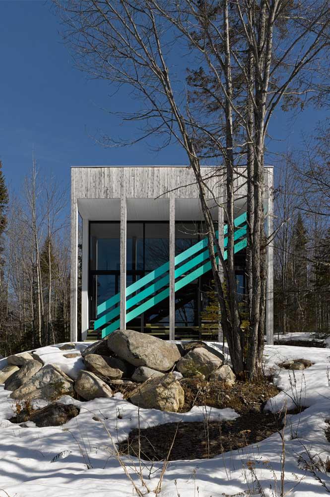 Na parte externa da casa também pode usar a cor azul turquesa? Claro que sim. Sente como fica a transformação.