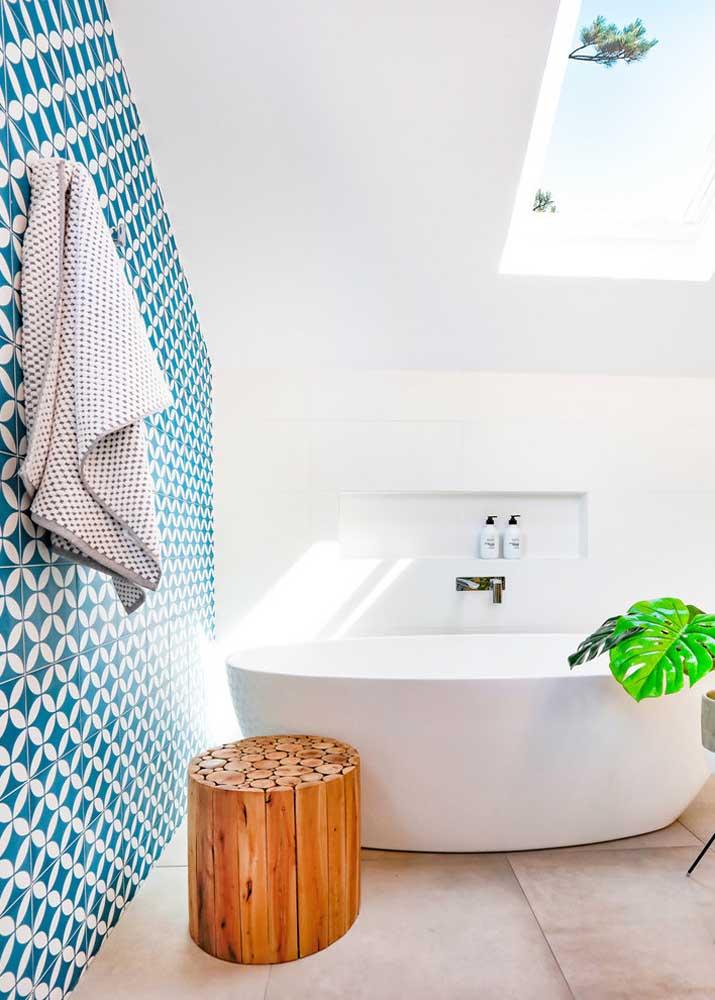 Que banheiro mais iluminado e espaçoso.