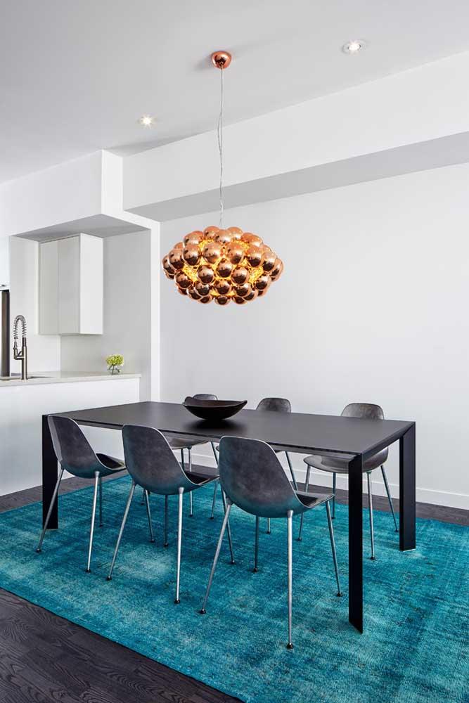 Usar tapete na decoração é sinônimo de sofisticação e elegância. Agora perceba como a cor azul turquesa também destaca o ambiente.