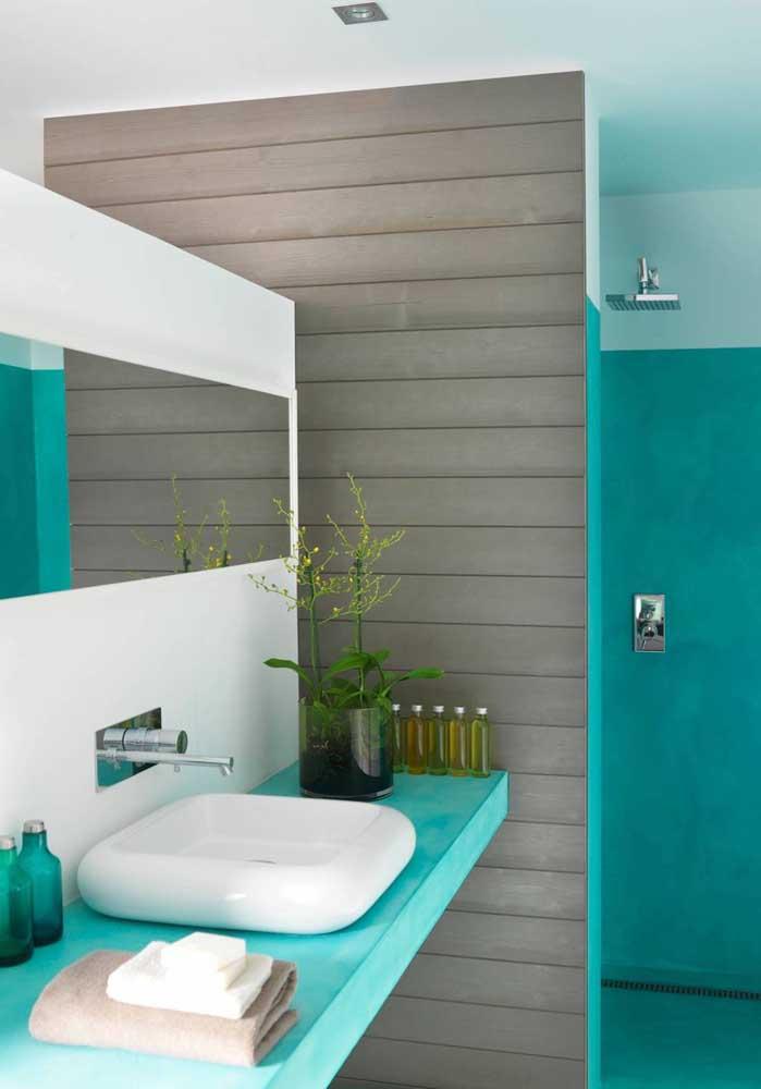 O tom azul turquesa mais forte fica perfeito para decorar o banheiro.