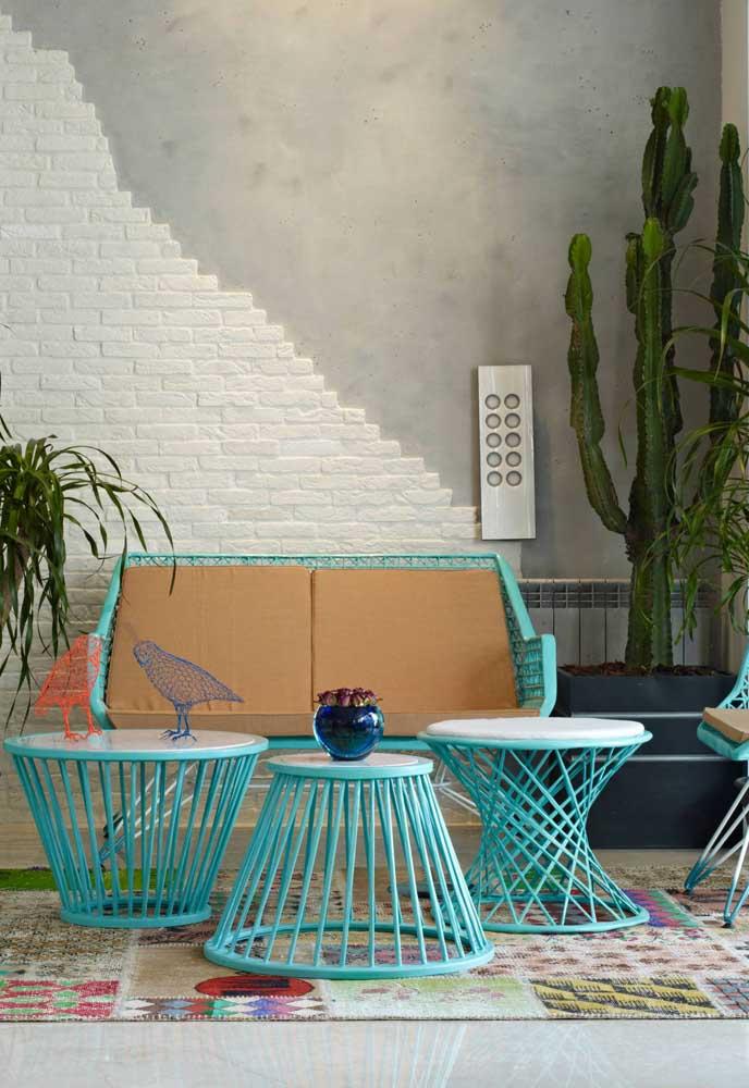 E esse conjunto de mesinhas e banco para o terraço da casa? Uma fofura só.