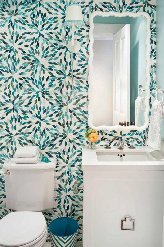 Escolha azulejos com estampas diferenciadas para colocar no banheiro.