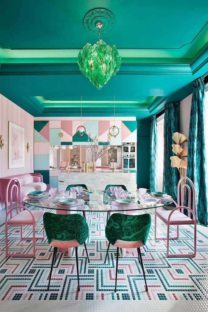 Você quer ousar na decoração da sua casa? Que tal usar diferentes tons do azul turquesa no teto?