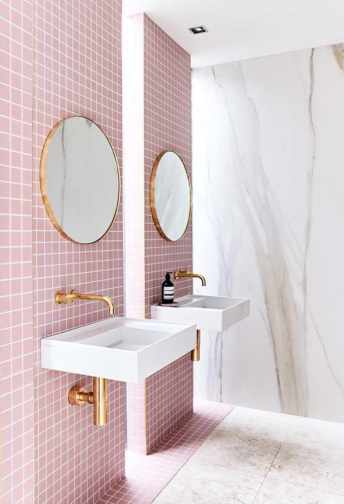 Para os amantes do estilo clássico, invista em peças douradas como torneiras e moldura de espelho.