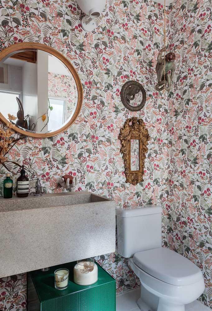 Olha que papel de parede mais interessante para colocar no banheiro. Você pode complementar a decoração com objetos dourados.