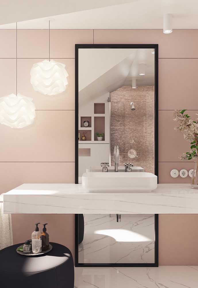Se você quer um banheiro mais sofisticado, se atente aos pequenos detalhes como uma luminária diferente e um espelho moderno.