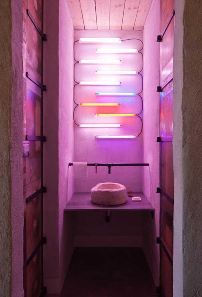 Quer transformar o banheiro em um lugar divertido? Decore com luminárias neon.
