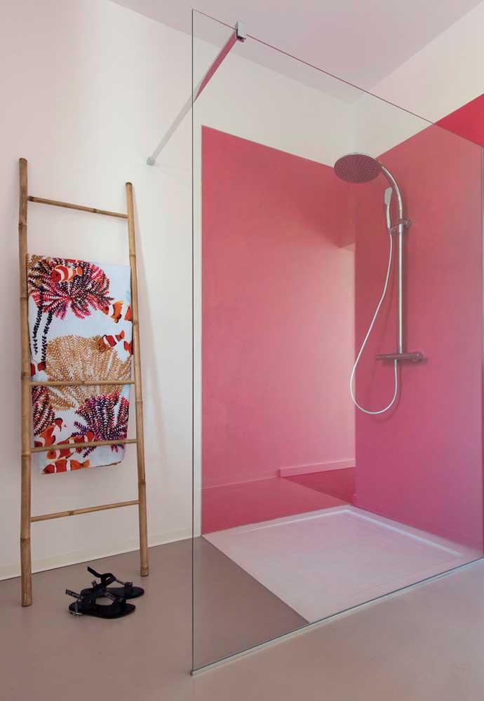 Quer ousar na decoração do banheiro? Pinte a área do box com tons de rosa mais chamativo.