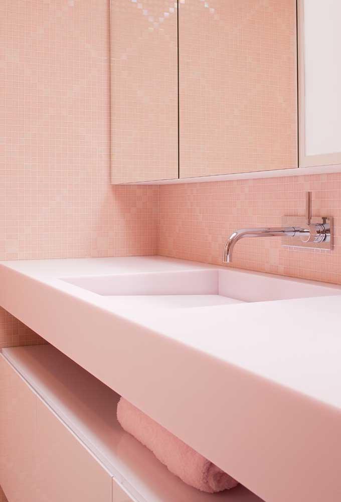 Você pode apostar no papel de parede rosa e investir em móveis e peças na cor branca.