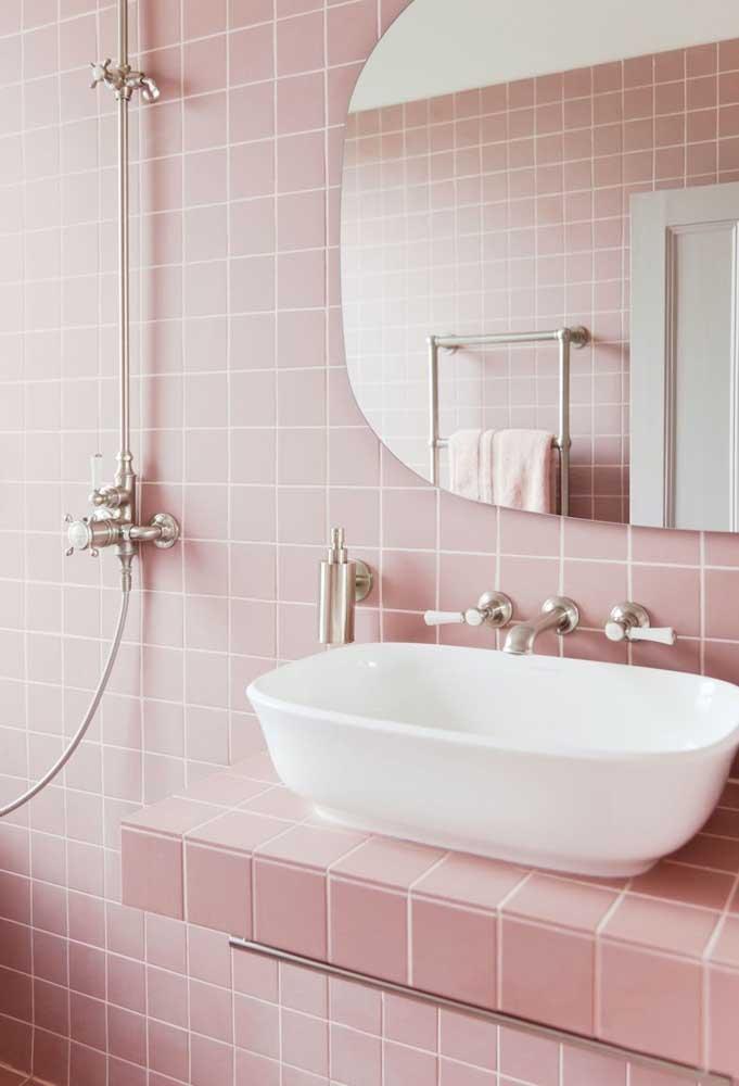 Uma boa ideia é usar os tons de rosa para decorar o banheiro e apenas acrescentar algumas peças na cor branca.