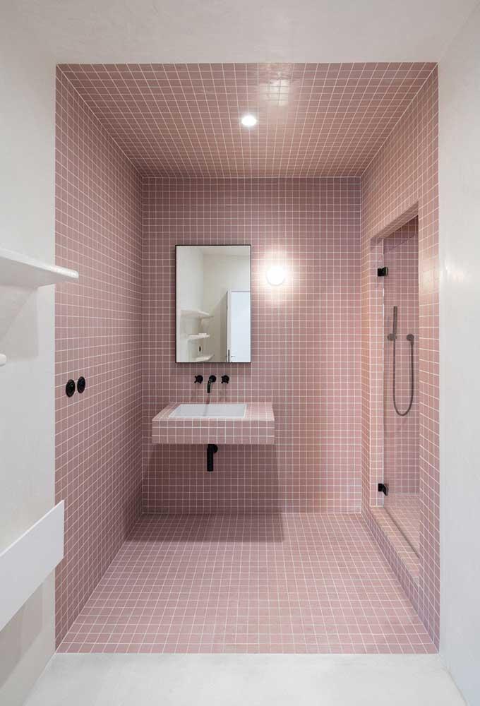 Que tal fazer a parede do banheiro só com ladrilhos na cor rosa?