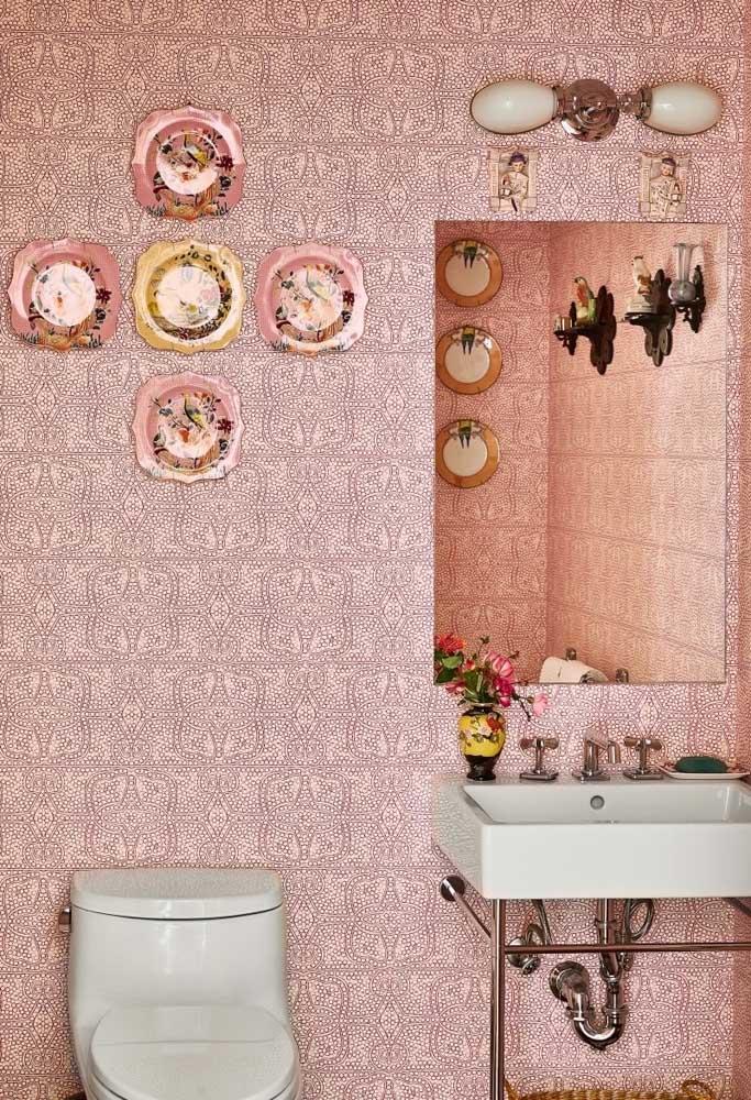 A cor rosa é perfeita para deixar o banheiro parecido com aquele da casa da vovó.