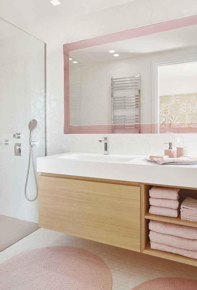 Uma boa opção é incluir móveis de madeira na hora de fazer a decoração do banheiro.