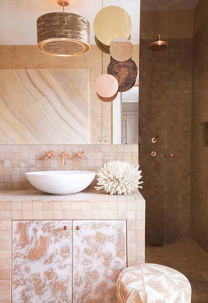 Perceba como a escolha de elementos decorativos foi perfeita na decoração deste banheiro.