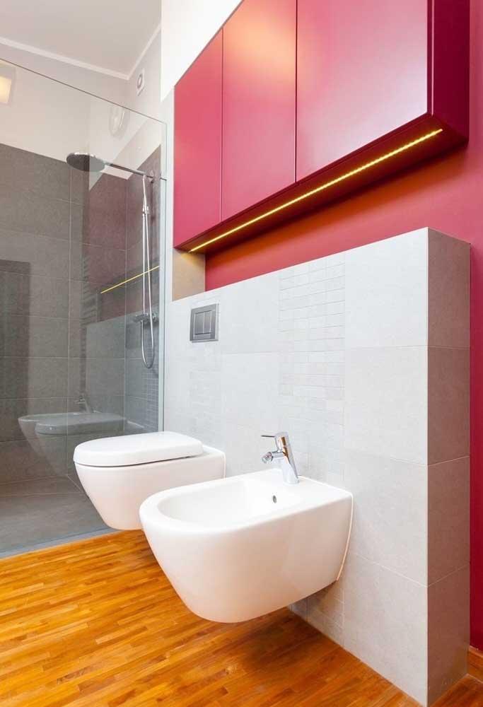 Em um primeiro momento, escolher o tom pink para decorar o banheiro pode parecer chocante, mas o resultado fica incrível.