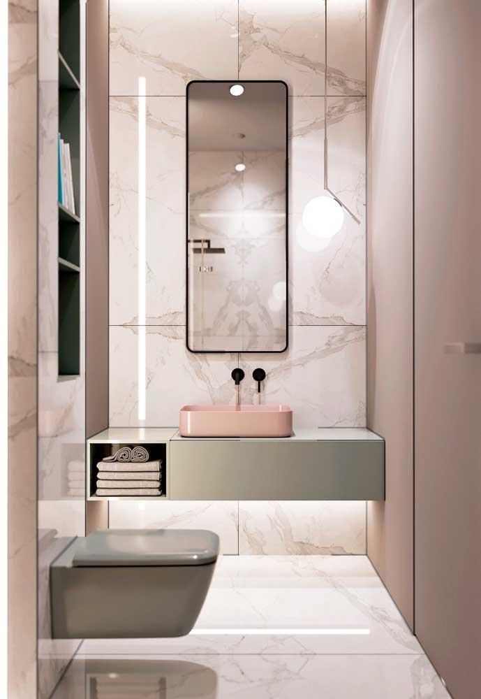 A decoração do banheiro fica mais interessante quando você aposte em uma parede com textura diferente.