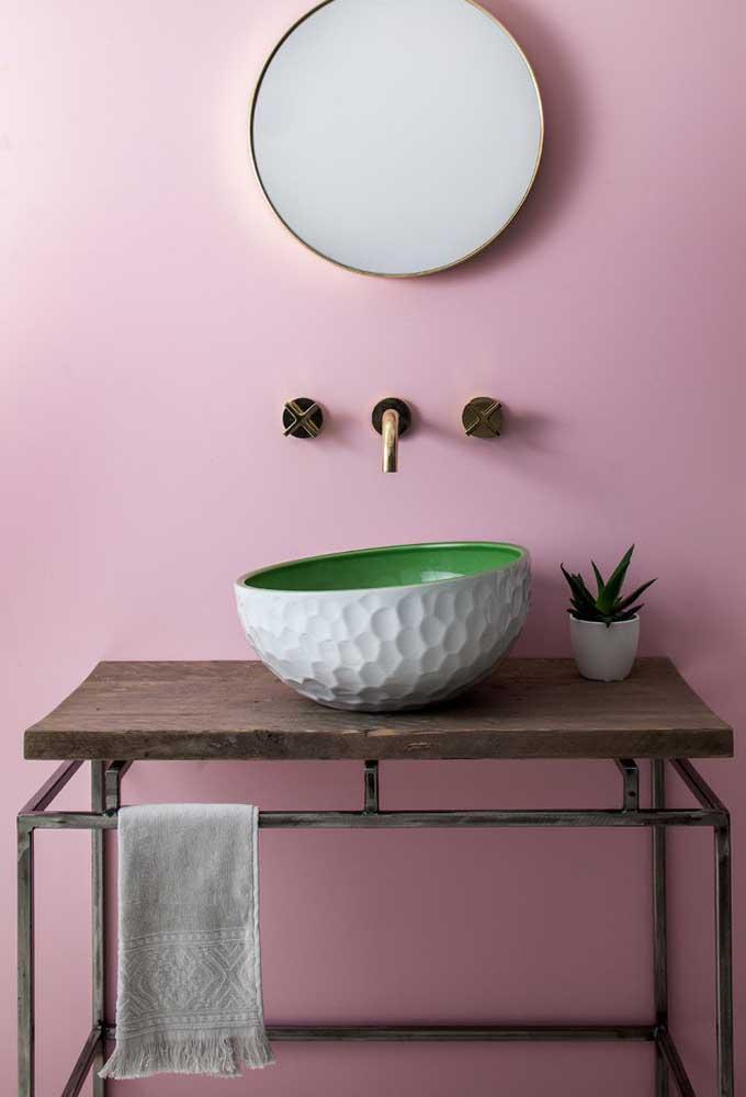 Saiba que é possível fazer um banheiro totalmente rústico, reaproveitando móveis de madeira que você nem usava mais.