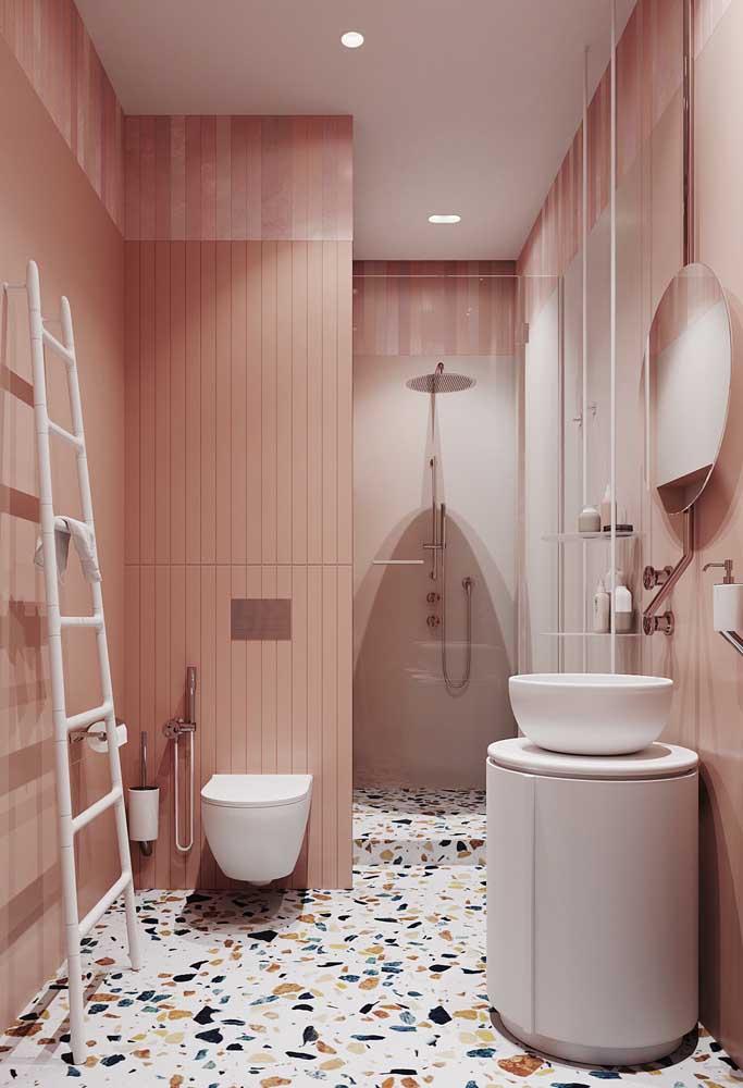 Que tal usar diferentes tons de rosa na parede do banheiro e combinar com um piso colorido?
