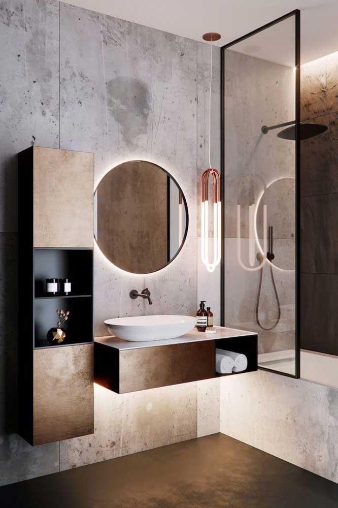 Banheiro planejado moderno no estilo industrial com espelho e iluminação embutida