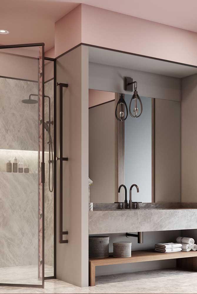 O enorme espelho é o destaque desse banheiro planejado; a pia em alvenaria não passa despercebida