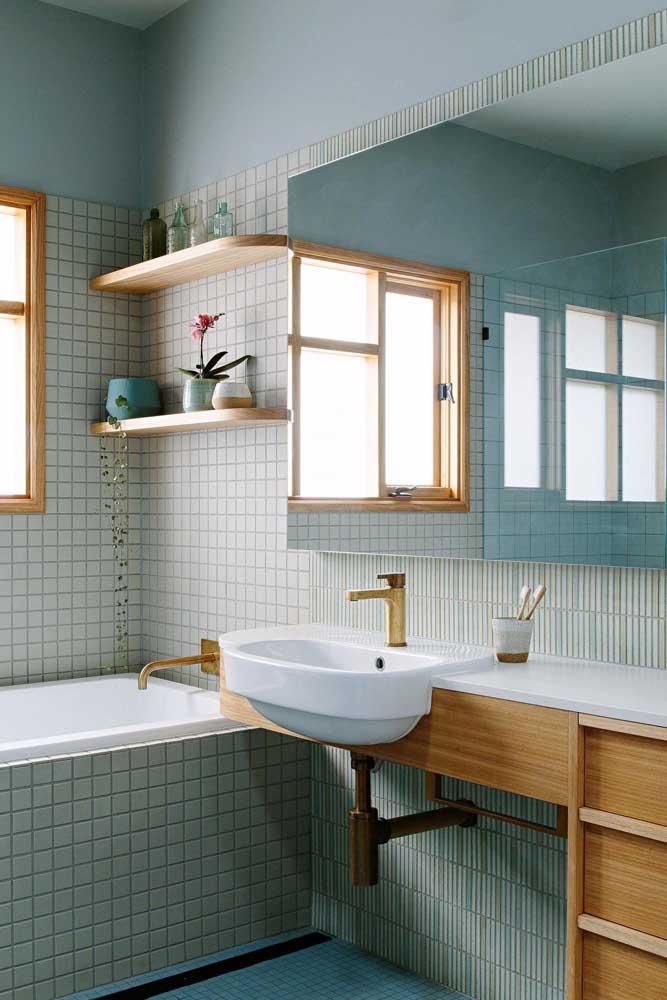 Banheiro planejado em tons claros com prateleiras e armários sob medida