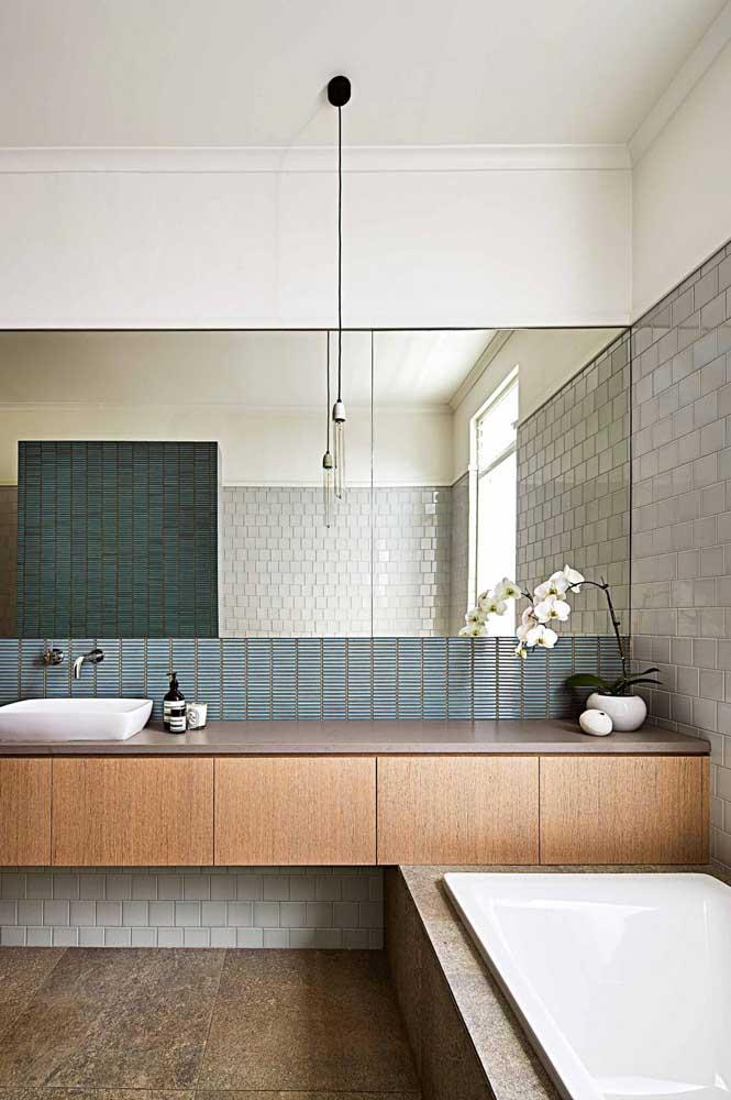 O banheiro planejado ganhou um balcão grande, ideal para organização do dia a dia; o espelho segue na mesma proporção