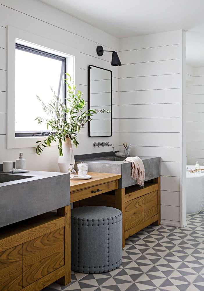 Pias em alvenaria, armários planejados e tons claros para esse banheiro