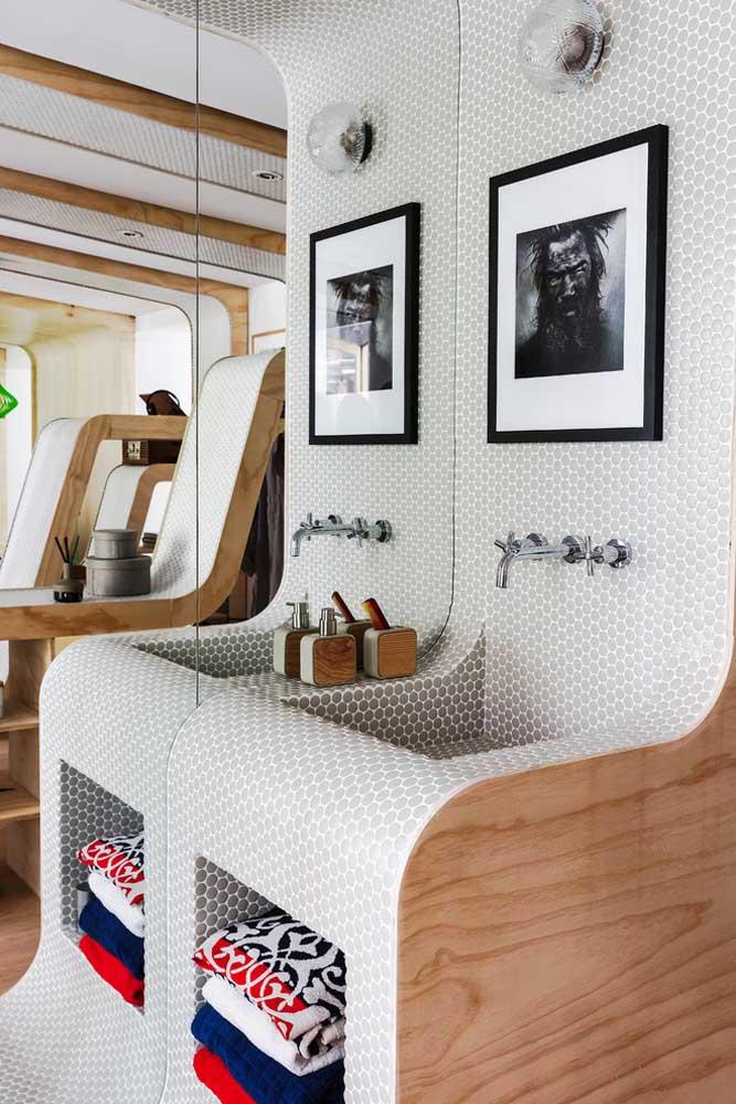 Uma inspiração super diferente e linda para o banheiro planejado; o material da pia foi aproveitado para o armário abaixo