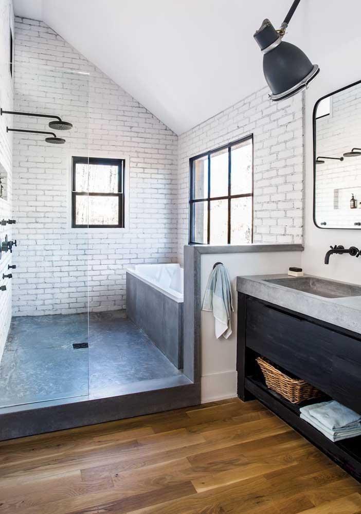 O contraste do tom amadeirado com a alvenaria chama a atenção nesse banheiro panejado