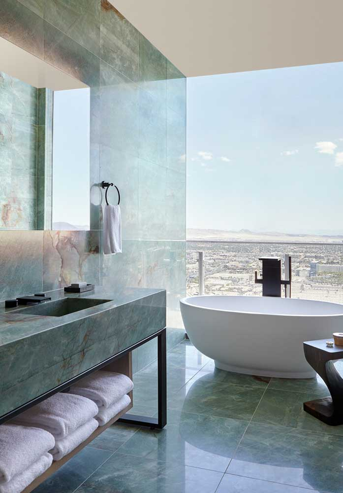 Tem jeito melhor de aproveitar a luz natural? Esse banheiro planejado ficou com um visual incrível com a vista ao fundo, graças à janela inteiriça