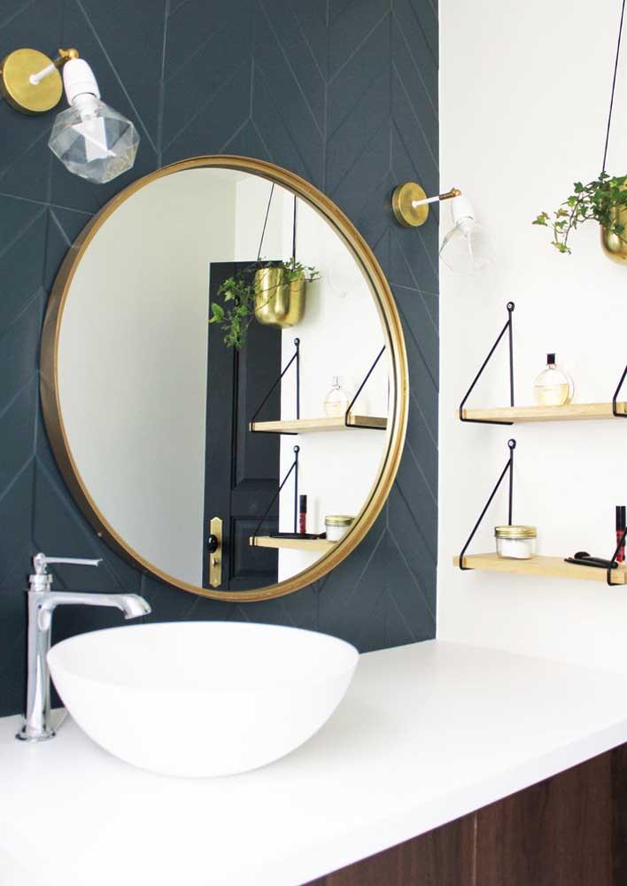 Pia com espelho redondo e prateleiras em madeira para o banheiro planejado moderno