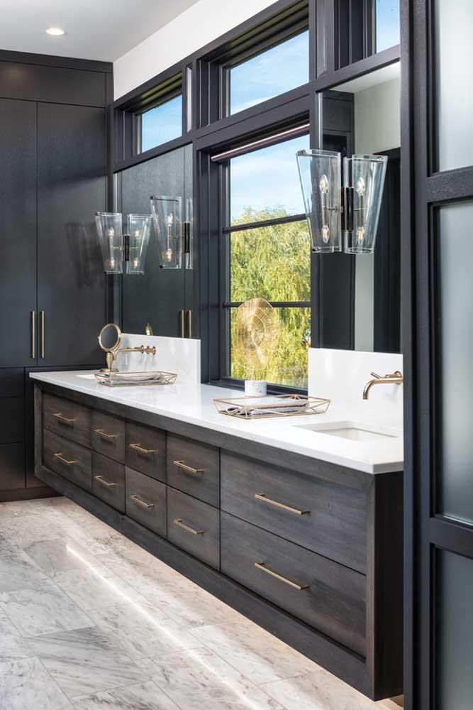 Banheiro planejado com gaveteiros sob medida e uma iluminação elegante