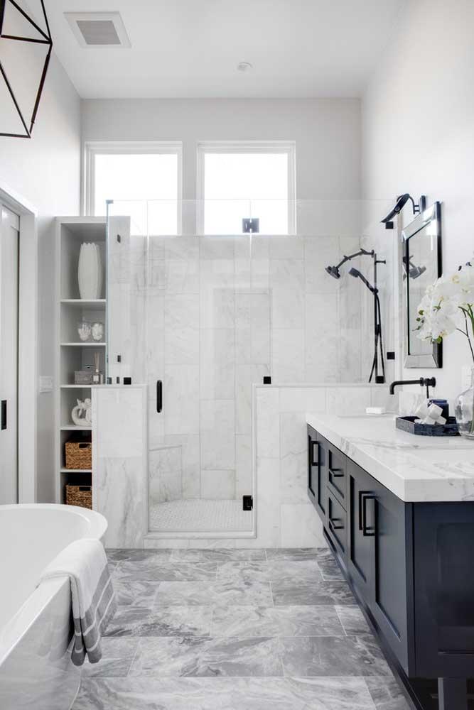 Banheiro planejado com armários e prateleiras embutidas em áreas que não seriam utilizadas no ambiente