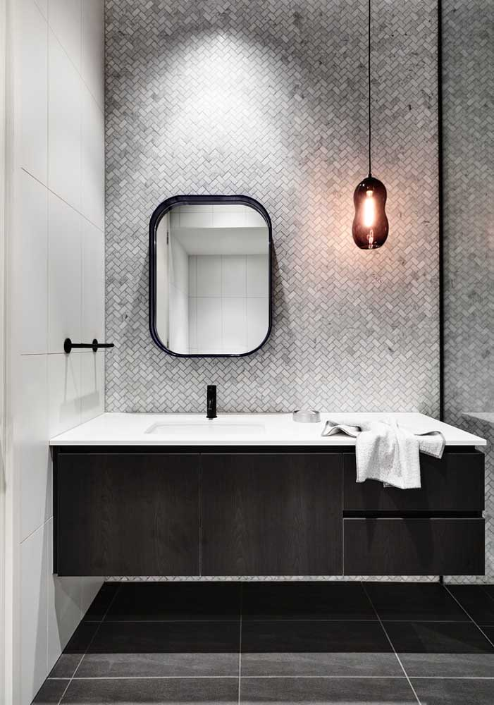 Gabinete planejado para o banheiro com gavetas e portas duplas; modelo simples, mas muito funcional