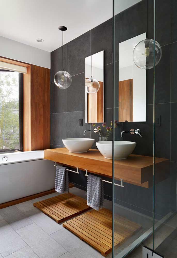 Banheiro planejado com pia dupla, box em vidro, espelhos e muita iluminação natural