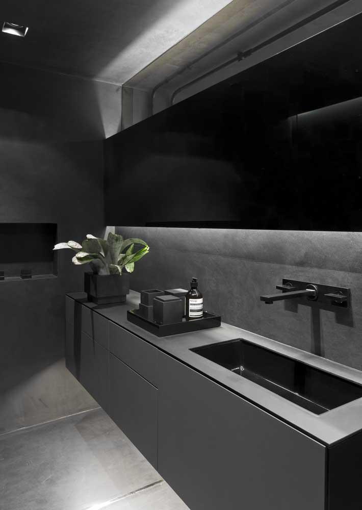 Inspiração de banheiro cinza e preto com gabinete planejado, espelho grande e iluminação embutida
