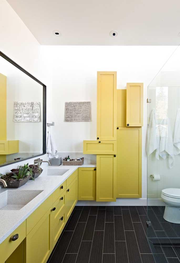 Uma inspiração linda para banheiros planejados e descontraídos; os armários de formato e composição irregular deram outra cara para o ambiente