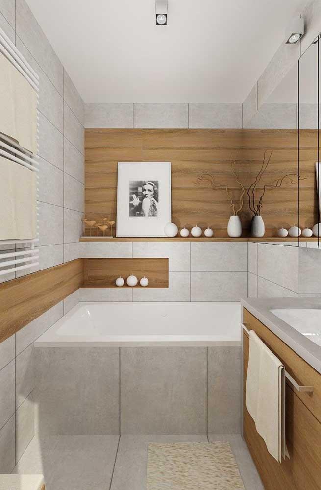 Os nichos embutidos em madeira combinaram perfeitamente com os tons escolhidos para o banheiro planejado
