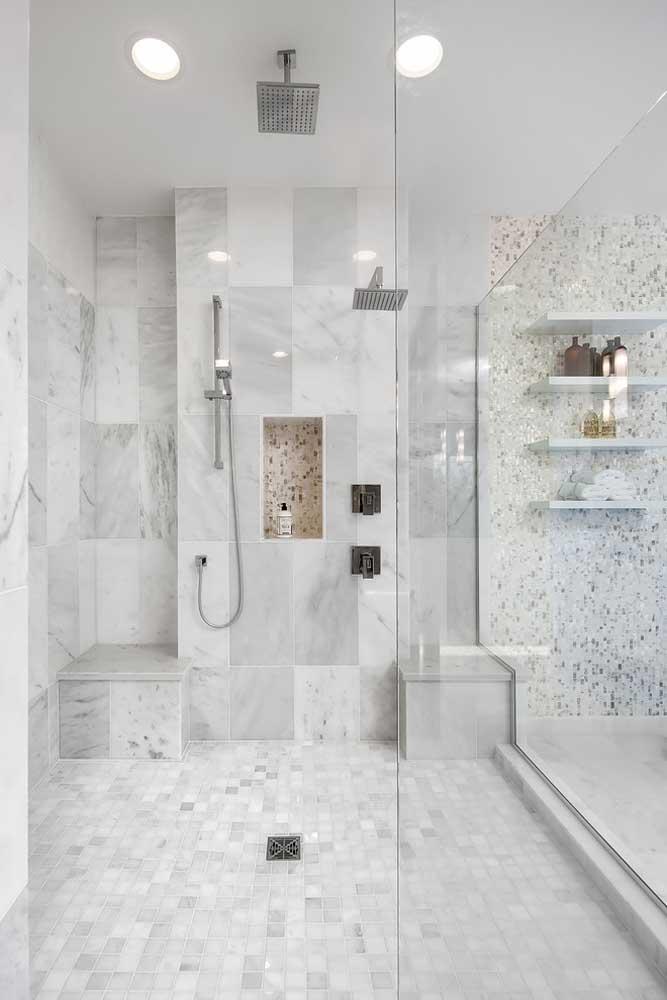Prateleiras e nichos embutidos ajudam na decoração e organização deste banheiro planejado