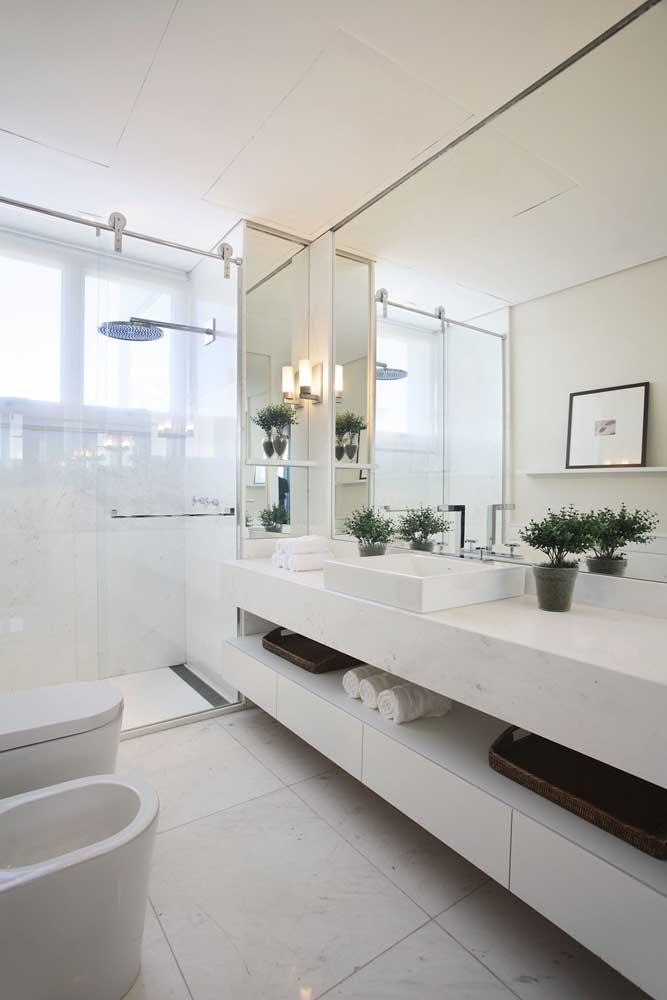 Banheiro planejado branco com balcão sob medida: elegância em todos os detalhes