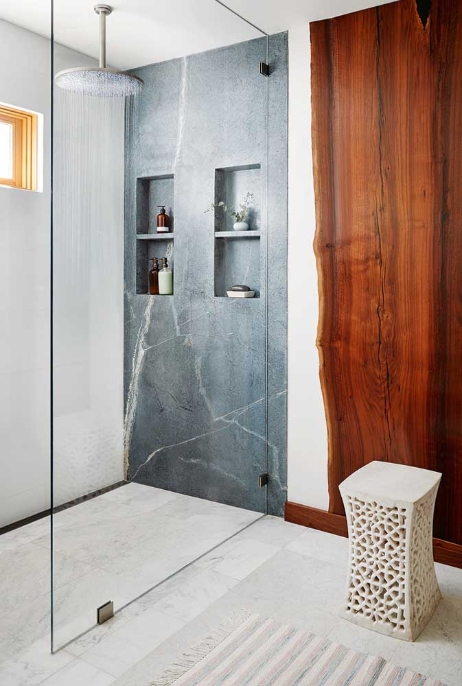 Nichos embutidos dentro do box do banheiro; planeje esse detalhe com antecedência