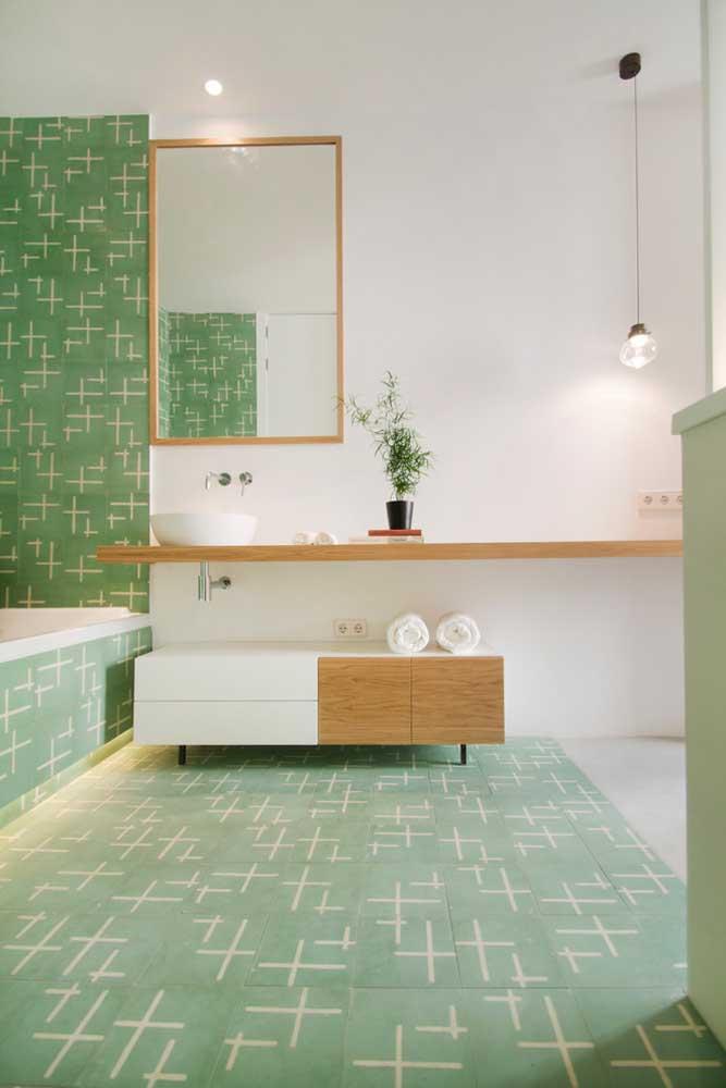 Que tal ir de banheiro verde? Esse aqui ainda traz como diferencial a iluminação sob a banheira