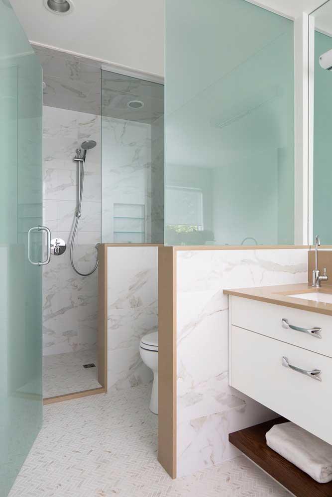 Banheiro planejado com detalhes em madeira e gabinete com gaveteiros
